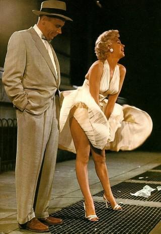 Marilyn Monroe, atriz, americana, loira, linda, ao passar na rua sobre a grade de ventilação do metro, seu vestido voa e ela tenta segurá-lo locando as suas mãos entre as pernas.