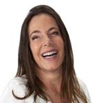 Mara Gabrilli, deputada federal, com seus longos cabelos loiros, sorrindo, ela usa uma camisa branca