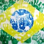 bandeira do brasil formada com mãos de crianças carimbada em verde, amarelo e azul