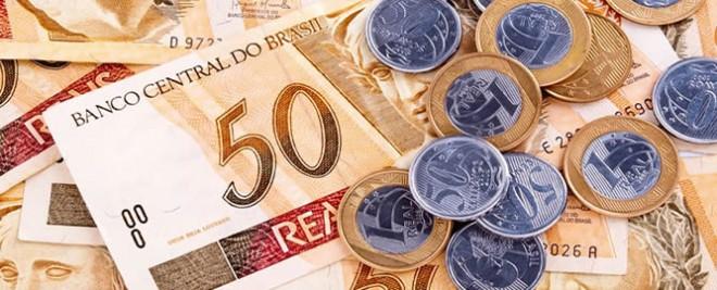 imagem mostra notas de 50 reais e moedas de 1 real e 50 centavos. 5492ba221813d