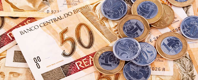imagem mostra notas de 50 reais e moedas de 1 real e 50 centavos.