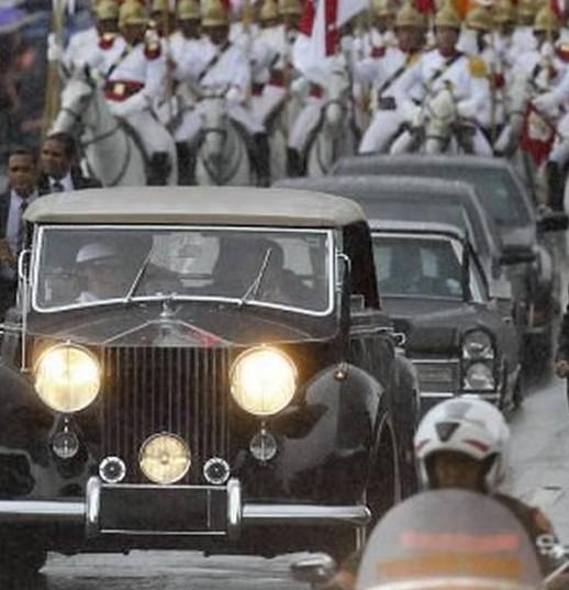 Imagem do cortejo presidencial da posse da Presidente da República, em Brasília. Na foto, os carros da comitiva são ladeados por militares do Regimento de Cavalaria Dragões da Independência do Exército Brasileiro.