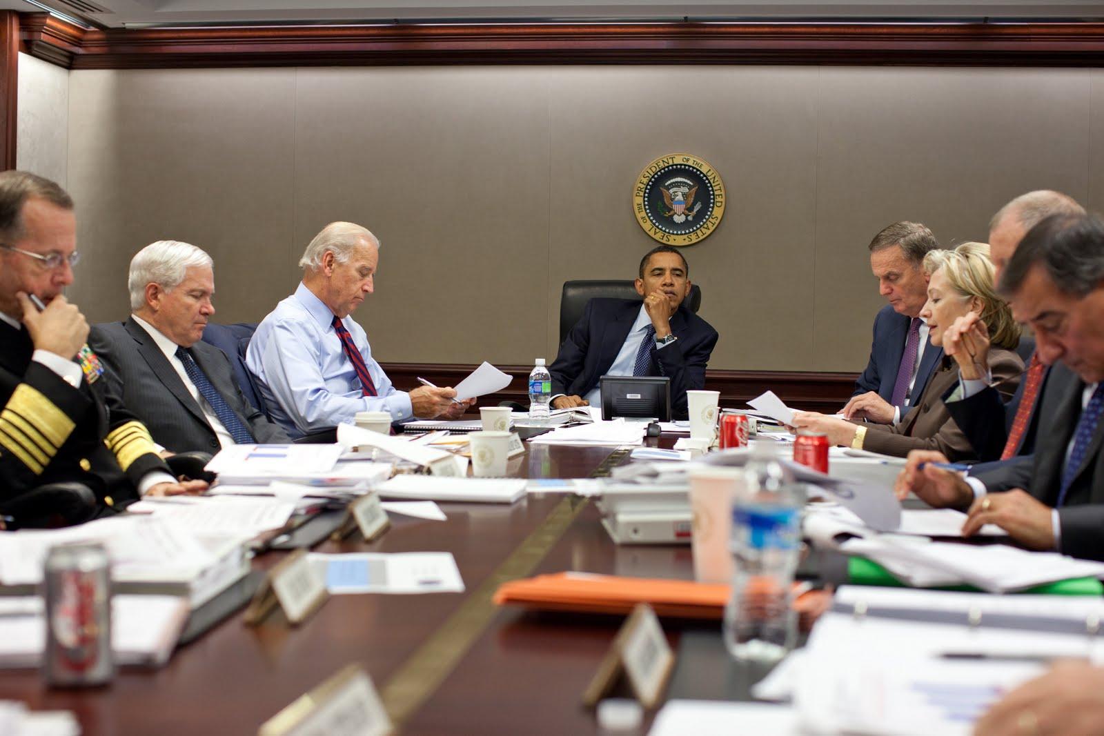 Numa reunião de cúpula da Casa Branca nos Estados Unidos. Presidente Barack Obama, está ao centro, e ao seu lado, diversas autoridades do governo americano. entre elas Hillary Clinton.