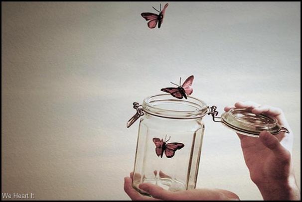 Vidro de conservas transparente com algumas borboletas sai voando.