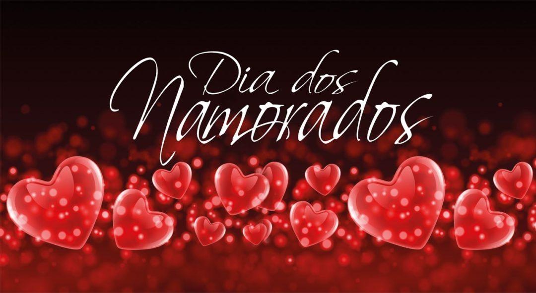 Desenho banner em tons vermelho escuro do topo e vermelho claro na base, com muitos corações , cor de rosa, e como título está escrito na cor branca, os dizeres: Dia dos Namorados